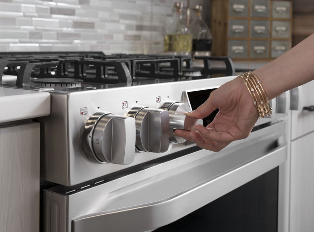 uses of gas stove Anything that's outside the cooking chamber—you know, like gas, electric,  a stove is technically any enclosed space that uses fuel to provide heat.