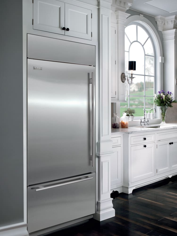 Sub Zero Bi36uidsthrh Lifestyle View With Tubular Handle